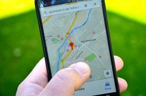 Smartphone zeigt Google My Business Eintrag eines Unternehmens
