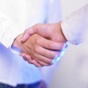 Patient und Ästhetischer Chirurg geben sich die Hand